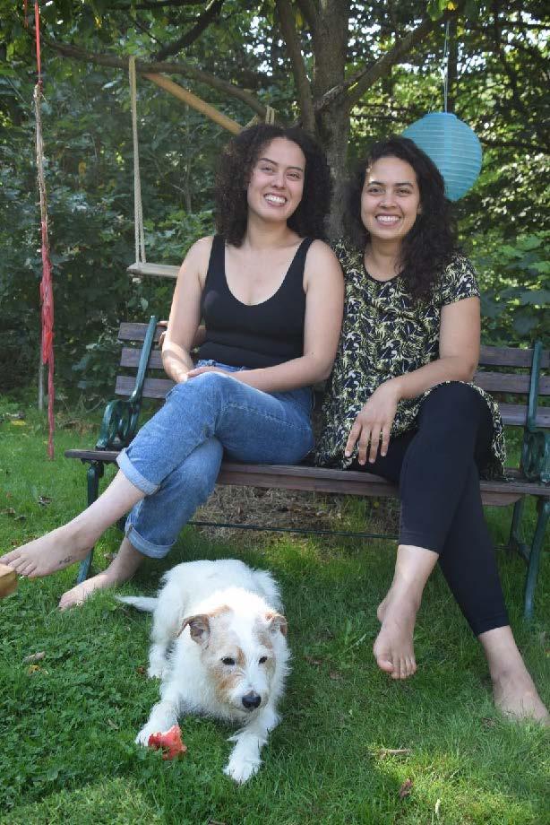 Johanna (rechts) und ihre Schwester Sol (links) haben gemeinsam mit Familie und Partnern Berlin verlassen, um am Bergseecamp zu leben. Der Nachbarshund Eddie ist letztes Jahr aus freien Stücken eingezogen. Auch er wollte lieber hier alt werden.